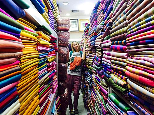 タイの市場のタイシルク記事屋にて